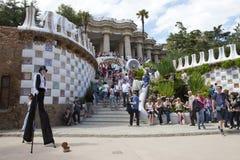 Folkmassor av turister i ingång till parkera Guell, 10 Maj 2010 i Barcelona, Spanien Arkivfoton
