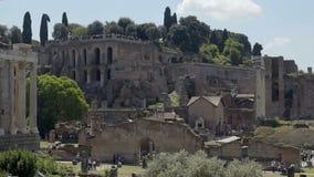 Folkmassor av turister som går runt om Roman Forum som beskådar det forntida stället av intresse lager videofilmer