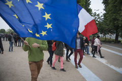 Folkmassor firar seger för Macron ` s på Louvremuseet Arkivbilder