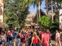 Folkmassor i Adventureland på Disneyland parkerar royaltyfria bilder