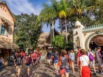 Folkmassor i Adventureland på Disneyland parkerar arkivfoton