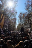 Folkmassor i marknaden för El Rastro, Madrid fotografering för bildbyråer