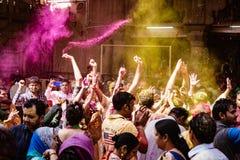 Folkmassor kan vara den sedda duirngHoli festivalen i Indien som kastar powde fotografering för bildbyråer