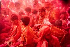 Folkmassor kan vara den sedda duirngHoli festivalen i Indien som kastar powde arkivbilder