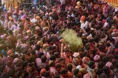 Folkmassor kan vara den sedda nedanför duirngHoli festivalen i Indien som kastar royaltyfri foto