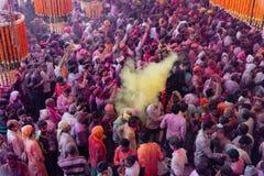 Folkmassor kan vara den sedda nedanför duirngHoli festivalen i Indien som kastar royaltyfria bilder