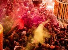 Folkmassor kan vara den sedda nedanför duirngHoli festivalen i Indien som kastar arkivbilder