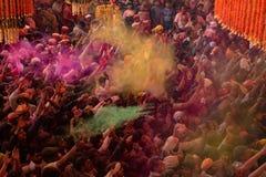 Folkmassor kan vara den sedda nedanför duirngHoli festivalen i Indien som kastar royaltyfria foton