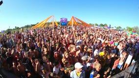 Folkmassor och etapp för musikfestival stock video