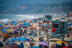 Folkmassor på den Santa Monica stranden royaltyfri bild