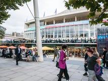 Folkmassor på den Southbank mitten, London Royaltyfri Foto