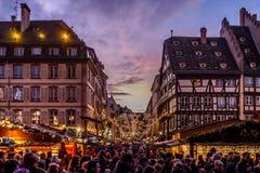 Folkmassor på den Strasbourg julmarknaden Royaltyfri Bild