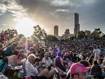 Folkmassor på en solnedgångkonsert Arkivfoto
