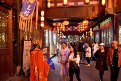Folkmassor på gatan i Chengdu, Jingli Arkivbild