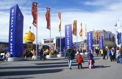 Folkmassor på OSfyrkanten, nära delta under 2002 vinterOS:er, Salt Lake City, UT Royaltyfri Fotografi
