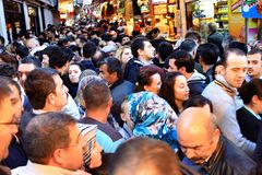 Folkmassor på Tahtakale, Istanbul arkivbild