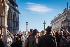 Folkmassor samlar i Sts Mark fyrkant på den Venedig karnevalet Fotografering för Bildbyråer