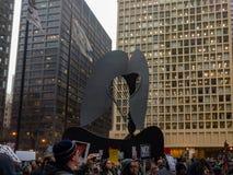 Folkmassor samlar på Daley Plaza i Chicago för att protestera invigningen av presidenten av Amerikas förenta stater fotografering för bildbyråer