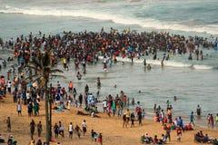 Folkmassor som simmar på stranden i Afrika Arkivbilder