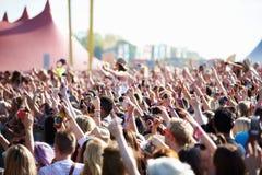 Folkmassor som tycker sig om på den utomhus- musikfestivalen Royaltyfri Bild