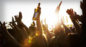 Folkmassor som tycker sig om på den utomhus- musikfestivalen Royaltyfri Fotografi