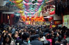 Folkmassor trängas Shanghai Chenghuang Miao Temple över det mån- nya året Kina arkivbilder