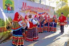 Folkmusikband i ryska dräkter Fotografering för Bildbyråer