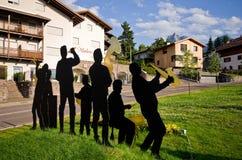 Folkmusikbandscultpure i Castelrotto, Italien Arkivbild