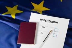 Folkomröstningvalsedel, svart penna och pass på tabellen , Arkivfoto