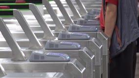 Folkpasserande till och med lönporten i gångtunnel lager videofilmer