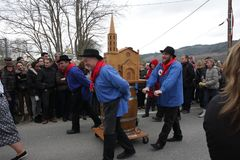 Folkprocession under festival i Auden Royaltyfria Foton