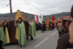 Folkprocession under festival i Auden Arkivfoton