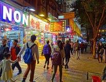 Folkpromenaden längs shoppar av Nathan Road, Hong Kong royaltyfri bild