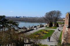 Folkpromenaden på Kalemegdan parkerar nära den Sava & DonauflodBelgrade fästningen Serbien Fotografering för Bildbyråer