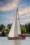 Folkritten på en yacht seglar under Arkivfoto