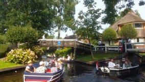 Folkrodd i en kanal i Giethoorn, Nederländerna lager videofilmer