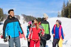 Folkroup med snowboarden och Ski Resort Snow Winter Mountain vänkommunikation arkivfoto