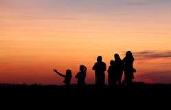 Folksilhouettes på solnedgången Royaltyfri Fotografi