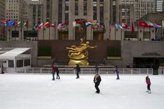 Folkskridskoåkning på den Rockefeller mitten royaltyfria bilder