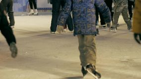 Folkskridsko på den åka skridskor isbanan lager videofilmer