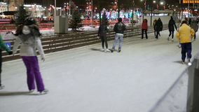 Folkskridsko på isbanan som åker skridskor vinter lager videofilmer