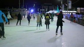 Folkskridsko på isbanan som åker skridskor vinter stock video