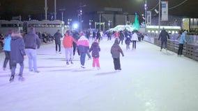 Folkskridsko på isbanan som åker skridskor vinter arkivfilmer