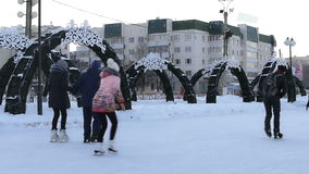Folkskridsko på isisbanan Vinter lager videofilmer