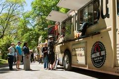 Folkställning i linjen som köper mål från matlastbilen Royaltyfri Fotografi