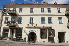Folkställningen av en souvenir shoppar framme i den historiska staden av Vilnius, Litauen Royaltyfri Fotografi