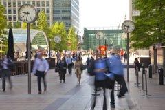 Folksuddighet Flytta sig för kontorsfolk som är snabbt att få arbeta på ottan i den Canary Wharf arian Royaltyfria Bilder
