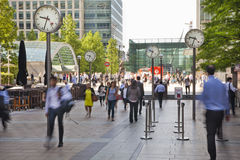 Folksuddighet Flytta sig för kontorsfolk som är snabbt att få arbeta på ottan i den Canary Wharf arian Arkivfoton