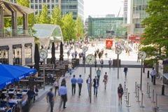 Folksuddighet Flytta sig för kontorsfolk som är snabbt att få arbeta på ottan i den Canary Wharf arian Arkivbilder