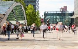 Folksuddighet Flytta sig för kontorsfolk som är snabbt att få arbeta på ottan i den Canary Wharf arian Arkivbild